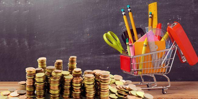 Retour à l`école! Utilisez internet pour économiser de l`argent sur des enfants les fournitures scolaires