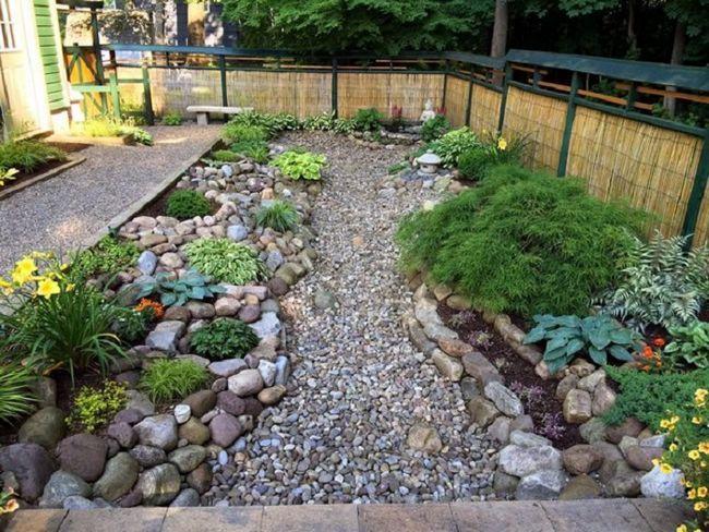 Мелкая галька может послужить отличным материалом для садовой дорожки.