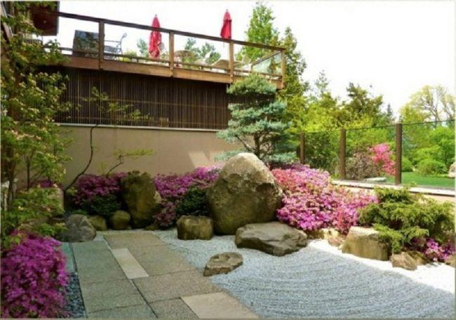Большие камни и валуны хорошо вписываются в ландшафтный дизайн садового участка.